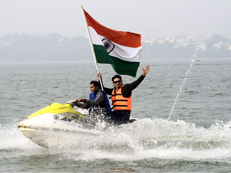 Model-cum-actor Shahwar Ali enjoys a water scooter ride in Bhopal on the eve of Republic Day. (Mujeeb Faruqui/HT photo)
