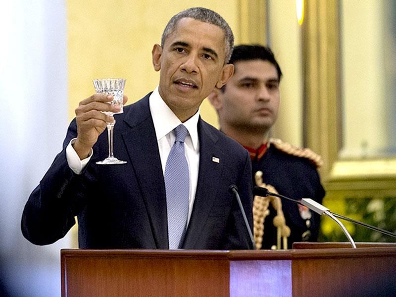 US President Barack Obama raises a toast at the state dinner hosted by President Pranab Mukherjee at the Rashtrapati Bhavan, in New Delhi. (AP photo)