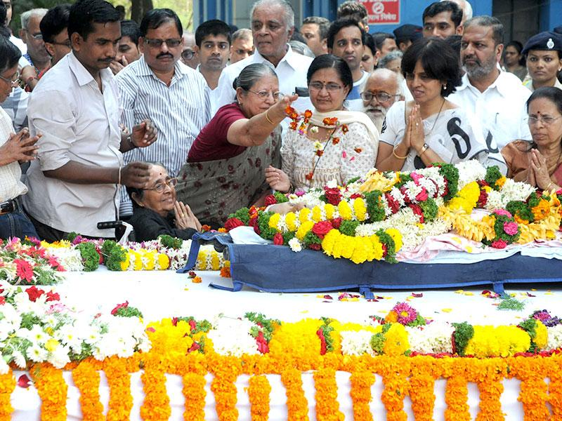 RK Laxman's relatives pay their respects to the eminent cartoonist at his funeral in Pune. (HT photo)