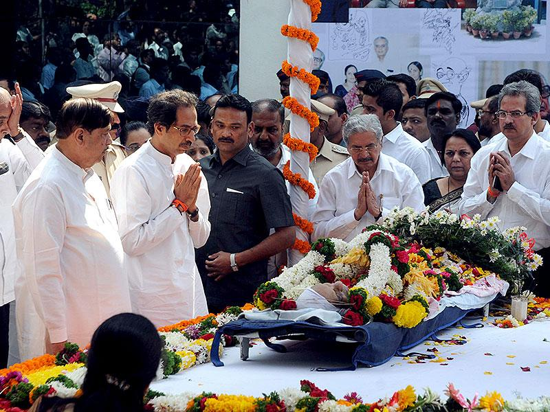 Shiv Sena chief Uddhav Thackeray pays his tributes to cartoonist RK Laxman at his funeral in Pune. (HT photo)