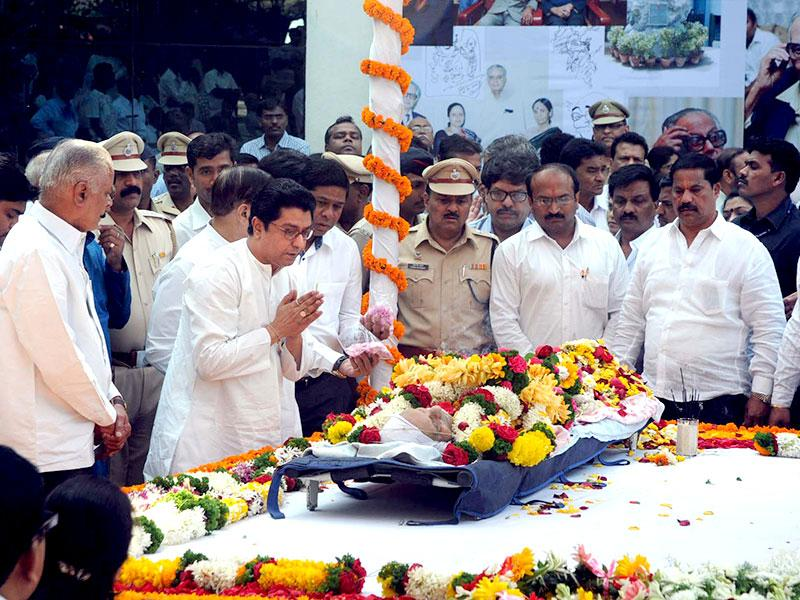 MNS chief Raj Thackeray pays tributes to cartoonist RK Laxman at his funeral in Pune. (HT photo)