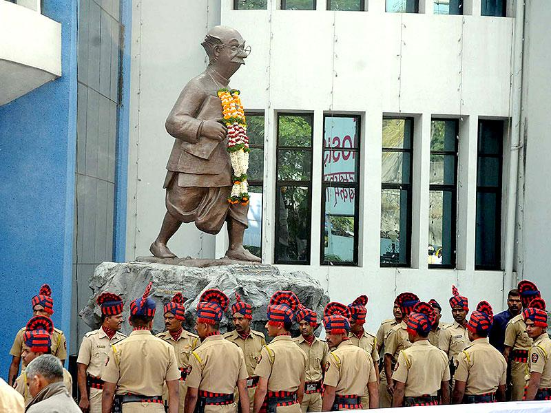 The iconic 'common man' created by the late eminent cartoonist RK Laxman, stands tall at the latter's funeral in Pune. (HT photo)