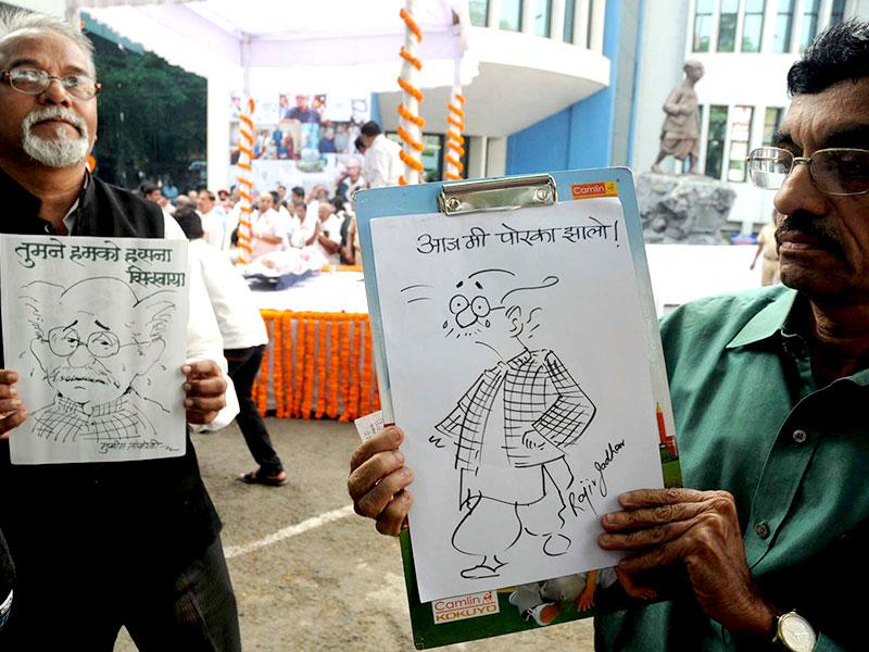RK Laxman's relatives pay their respects to the eminent cartoonist at his funeral in Pune.(HT photos)
