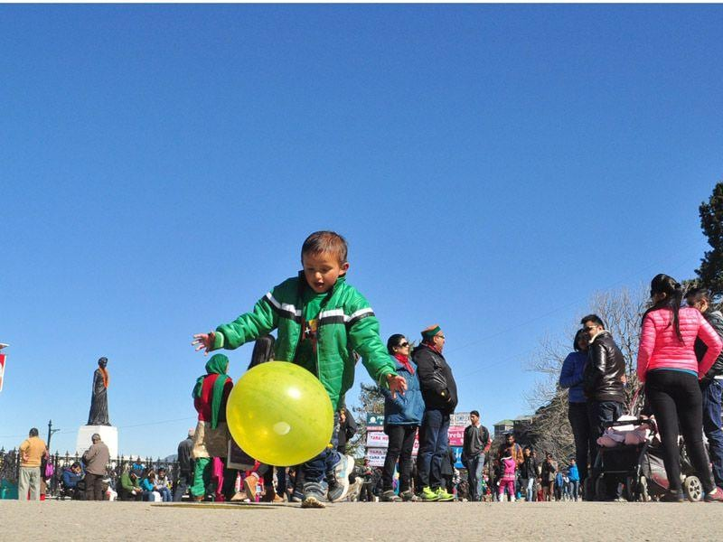 A kid playing with a balloon in a bright sunny day at The Ridge in Shimla. Santosh Rawat/HT