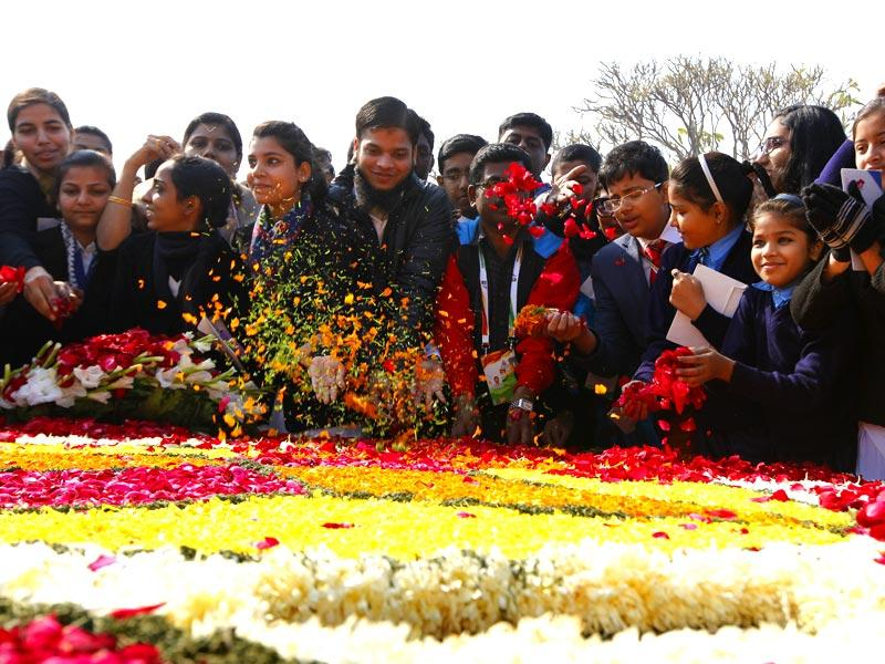 School children pay homage at Rajghat, the memorial of Mahatma Gandhi, on his death anniversary in New Delhi. (Arvind Yadav/HT Photo)