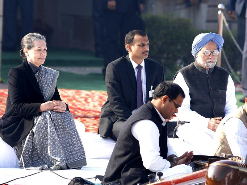 Congress president Sonia Gandhi and former prime minister Manmohan Singh pay their respect at Rajghat, a memorial to Mahatma Gandhi, on his death anniversary in New Delhi. (Arvind Yadav/HT Photo)