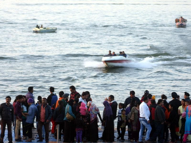 Residents of Bhopal flock to the Boat Club to enjoy the pleasant weather in the city on Sunday. (Bidesh Manna/HT photo)