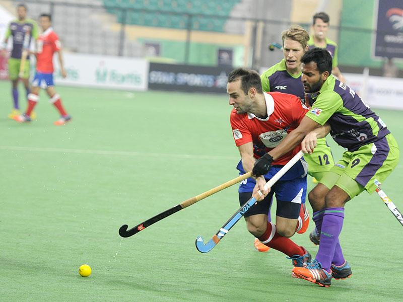 Delhi Waveriders (Green) in action against Dabang Mumbai (Red) during their Hero Hockey India League at Dhyan Chand National Stadium, in New Delhi. (HT photo/Sonu Mehta)
