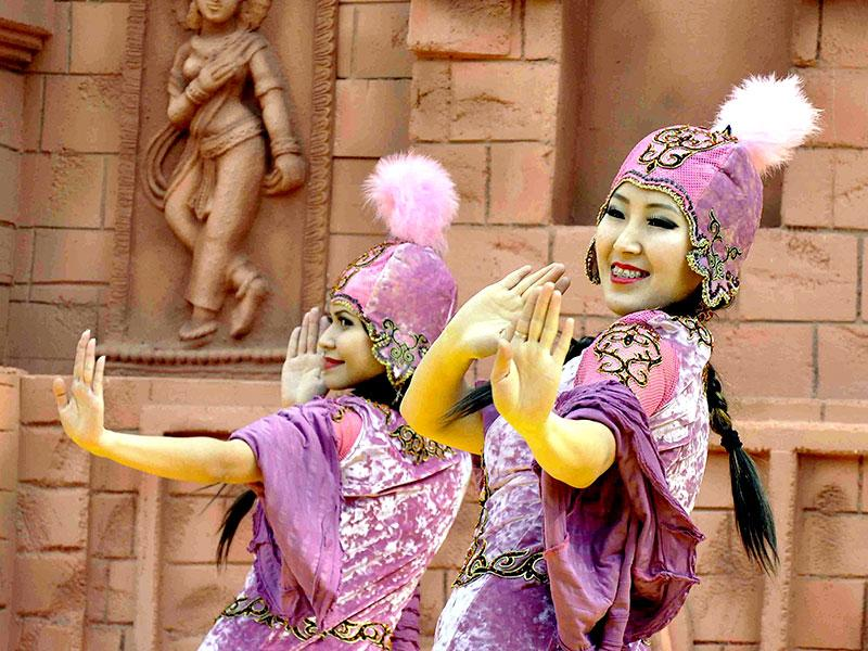 The artists from Kyrgyzstan performing at Surajkund mela, in Haryana. (HT photo/Subhash Sharma)