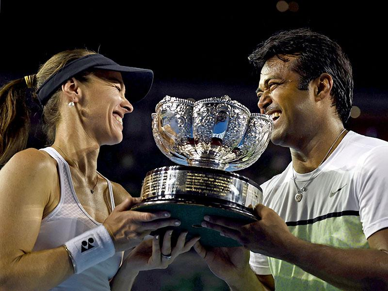 Martina Hingis of Switzerland and Leander Paes of India pose with the winner's trophy at the awards ceremony of the 2015 Australian Open tennis tournament in Melbourne. (AFP photo)