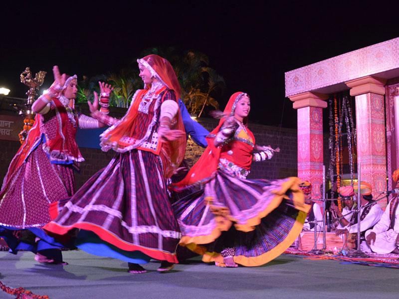 Folk artistes from Rajasthan perform Kalbelia dance at the ongoing Rajasthan Mahotsav in Bhopal on Sunday. (Mujeeb Farqui/ HT photo)
