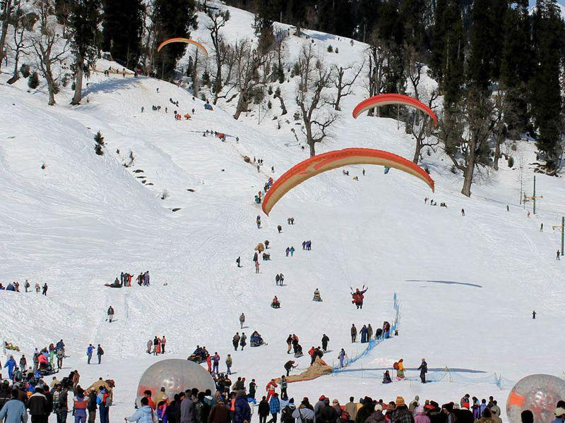 Tourists enjoying with snow at Solang Nullah in Manali. Aqil khan/HT