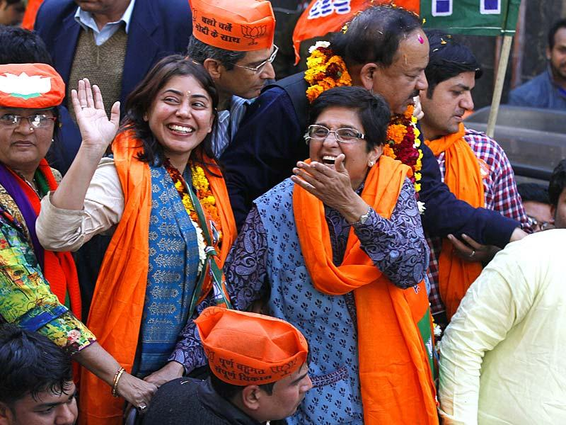 Bharatiya Janata Party Delhi chief ministerial candidate Kiran Bedi waves to supporters during a campaign rally ahead of Delhi state elections in New Delhi. (Raj K Raj/HT Photo)
