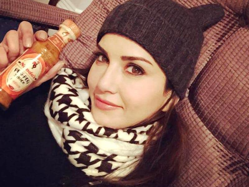 More from her London shoot days - Freezing cold outside but she's nice and cozy with Peri Peri sauce for company. (SunnyLeone/Twitter)