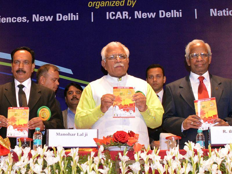 Chief minster Manohar Lal Khattar addresses a gathering of scientists and farmers at the concluding day function of Agricultural Science Congress in Karnal on Friday. HT Photo
