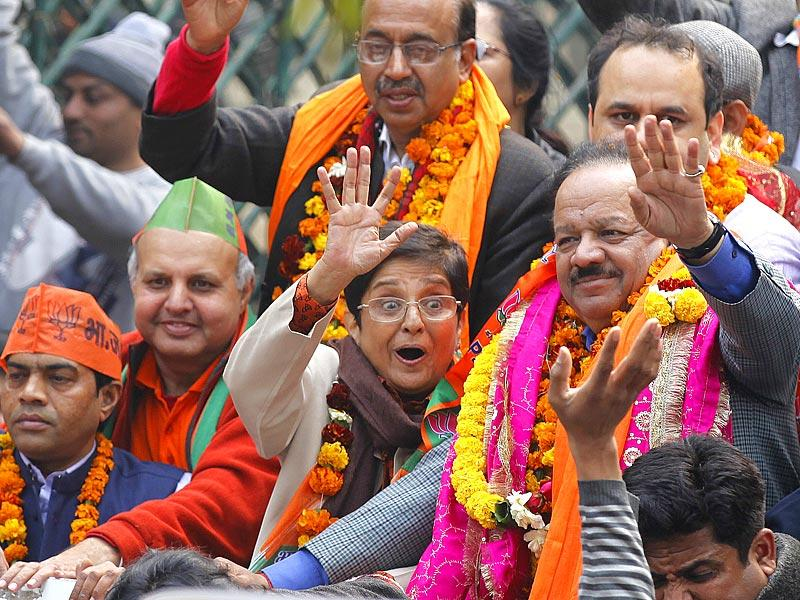 Bharatiya Janata Party (BJP) chief ministerial candidate Kiran Bedi along with other leaders during a road show while heading towards the district collector's office to file her nomination papers for Delhi assembly elections. (Raj K Raj/HT Photo)
