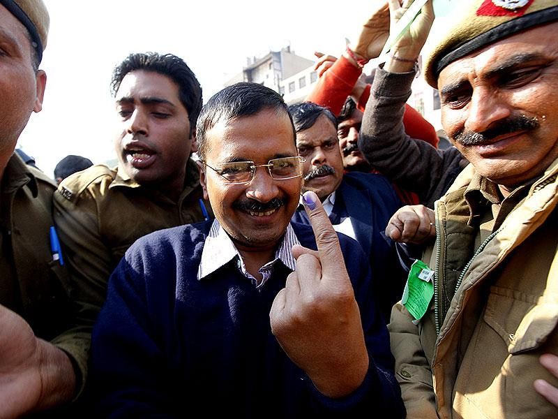 Aam Aadmi Party's chief ministerial candidate Arvind Kejriwal flashes his inked finger with a smile across his face after casting his ballot in the New Delhi constituency. (HT Photo/Arvind Yadav)