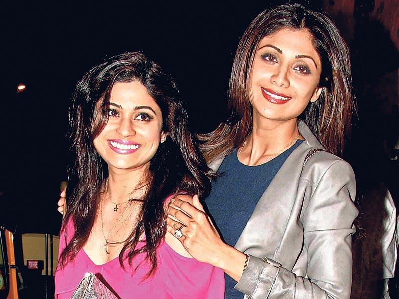 Siblings Shamita and Shilpa Shetty posed for pictures outside a Mumbai nightclub. (HT photo)