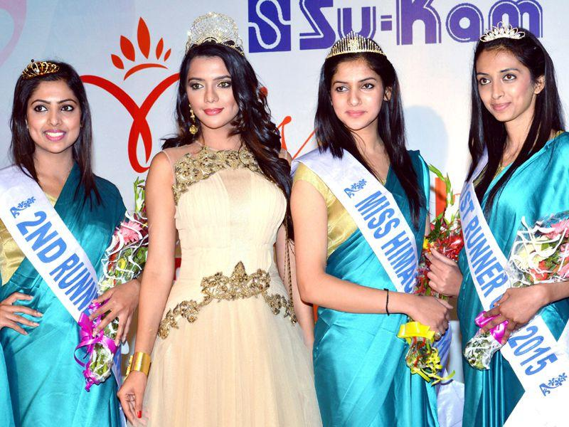 (L) Aanchal Puri first runner up (R) Aastha second runner up, Nattasha Singh, the winner of Miss Himachal pageant 2015 along with Miss Universal Peace & Humanity 2014 Ruhi Singh of India in Tanda near Dharamsala. Shyam Sharma/HT