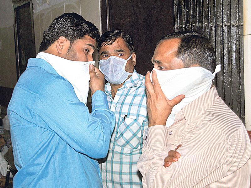 People wear masks at MY Hospital in Indore where 15 swine flu deaths have been reported. (Shankar Mourya/HT photo)