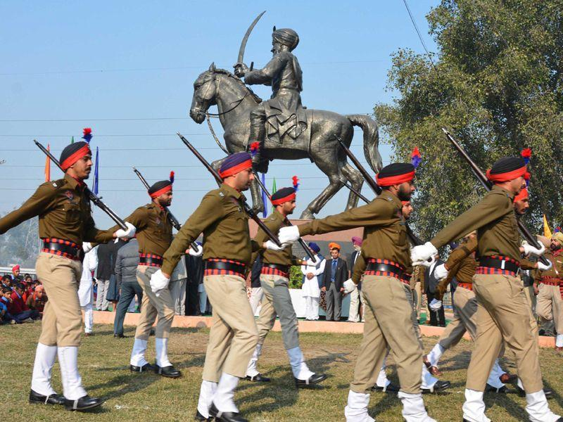 Police personnel pay tribute to Sham Singh Attariwala on his martyrdom day in Amritsar on Tuesday. Sameer Sehgal/HT