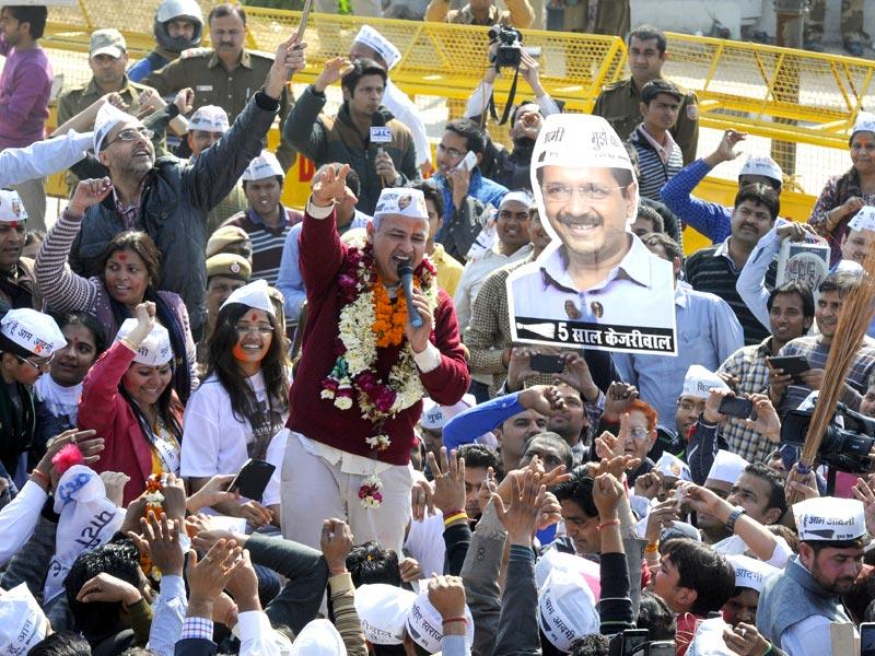 Aam Aadmi Party leader Manish Sisodia with his party workers and supporters in New Delhi. (HT photo/Sonu Mehta)