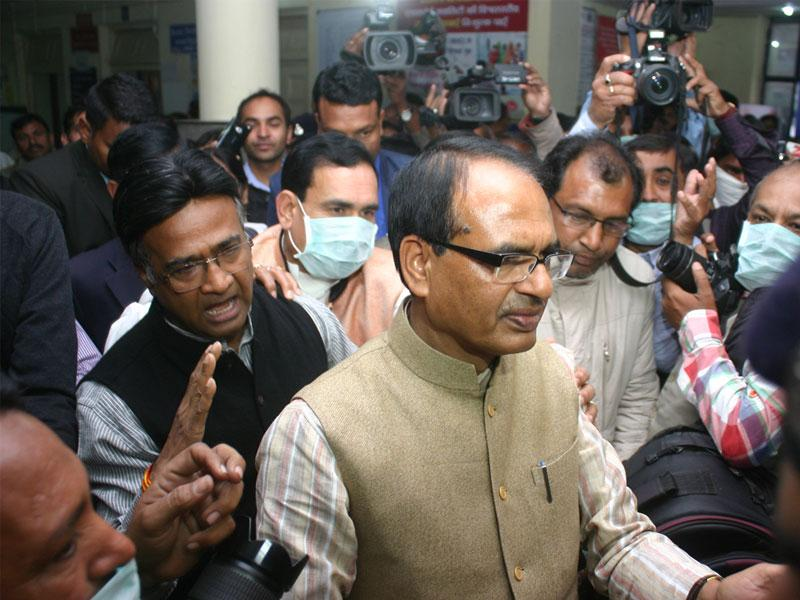MP chief minister Shivraj Singh Chouhan inspects the swine flu ward at JP Hospital in Bhopal on Wednesday. (Bidesh Manna/HT photo)