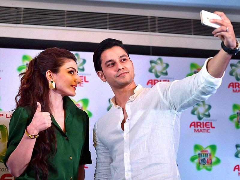 Bollywood actors Soha Ali Khan and Kunal Kemmu in Lucknow at launch of Ariel detergent products on Thursday. (PTI)