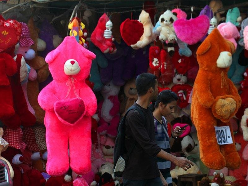 A couple walk past a shop displaying teddy bears ahead of the Valentine's Day at Bandra in Mumbai. (Kunal Patil/HT photo)