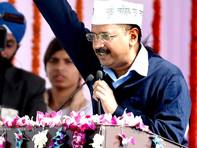Arvind Kejriwal greets his supporters during his swearing-in ceremony as chief minister at Ramlila Maidan in New Delhi on February 14, 2015. (AFP PHOTO)