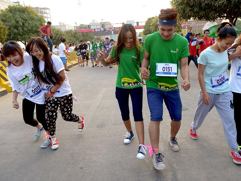 Cambodian people tie their foot as they run for fun during Valentine's Day in Phnom Penh. (AFP photo)