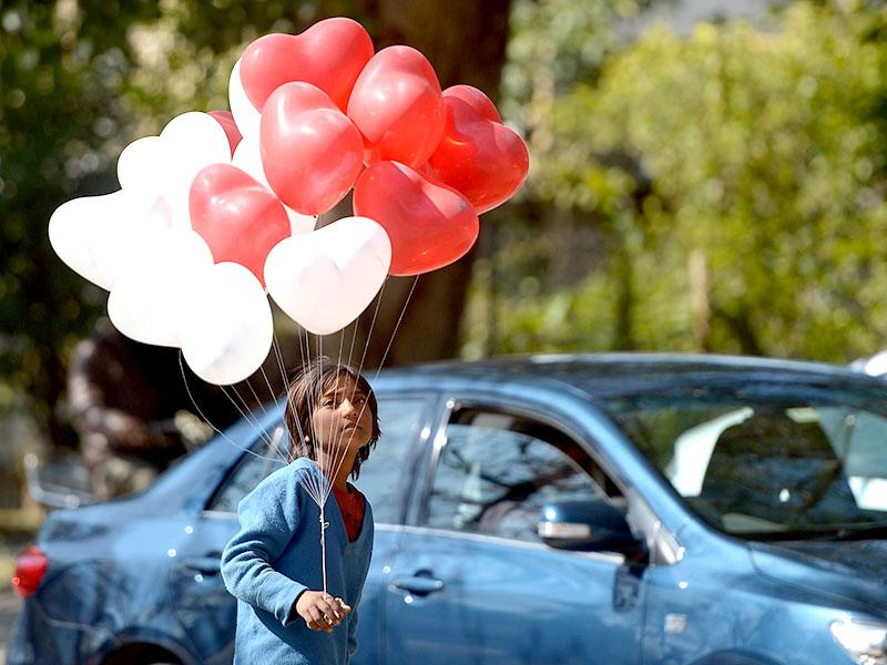 A Pakistani girl sells heart-shaped balloons on Valentine's Day in Islamabad. (AFP photo)