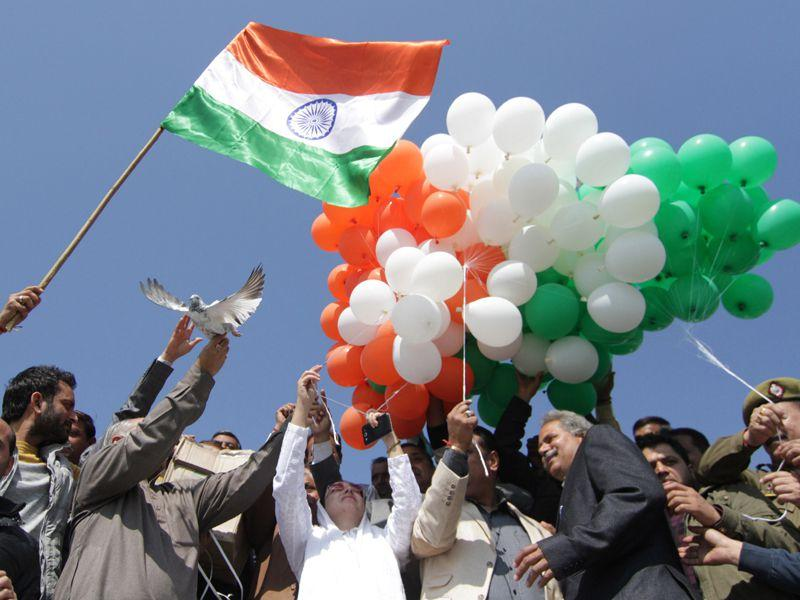 BJP Leader Drakshna Andrabi releasing pigeon and baloons on the eve of Valentine's day in Jammu. Nitin Kanotar/HT