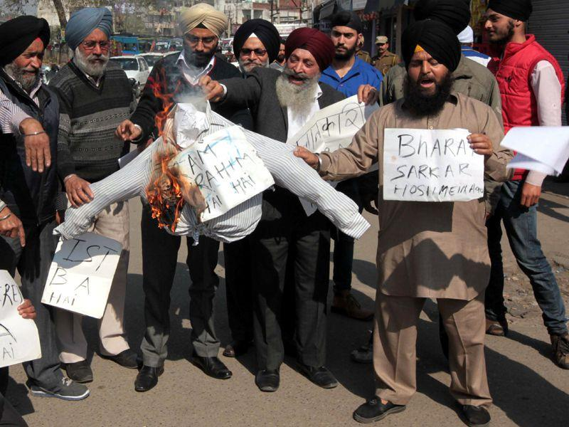 Sikh communtiy burning the effigy of Dera Sacha Sauda patron Gurmeet Ram Raheem during a protest in Jammu. Nitin Kanotra/HT