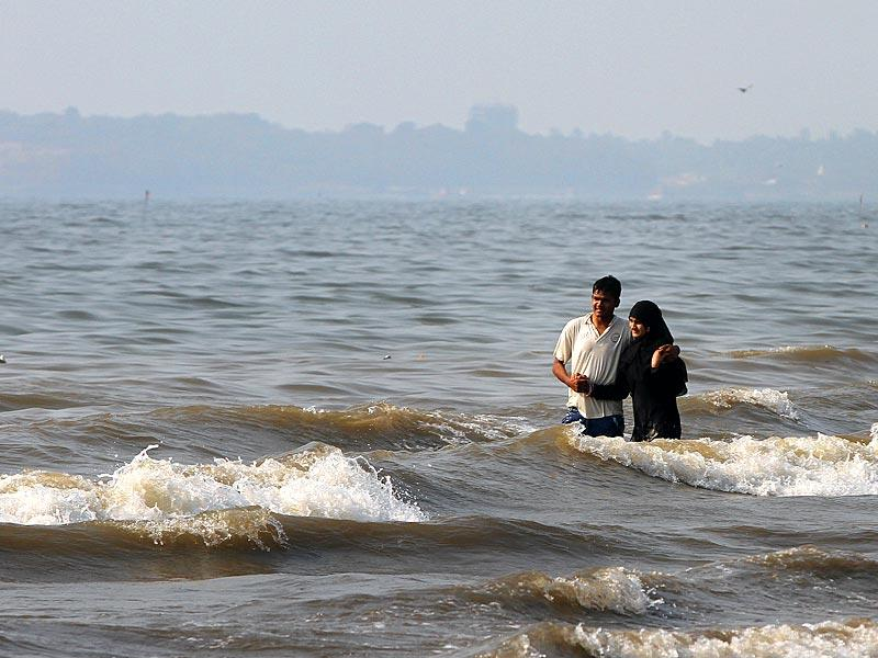 A couple spends some romantic moments at Juhu beach on Valentine's Day in Mumbai.(Arijit Sen/HT photo)