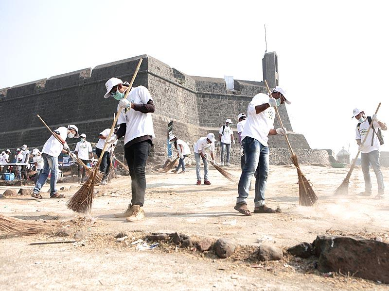 Around 240 students armed with gloves, masks and garbage bags got busy sweeping up the Worli fort in Mumbai as a part of the Hindustan Times Clean My Mumbai initiative. (HT photo)