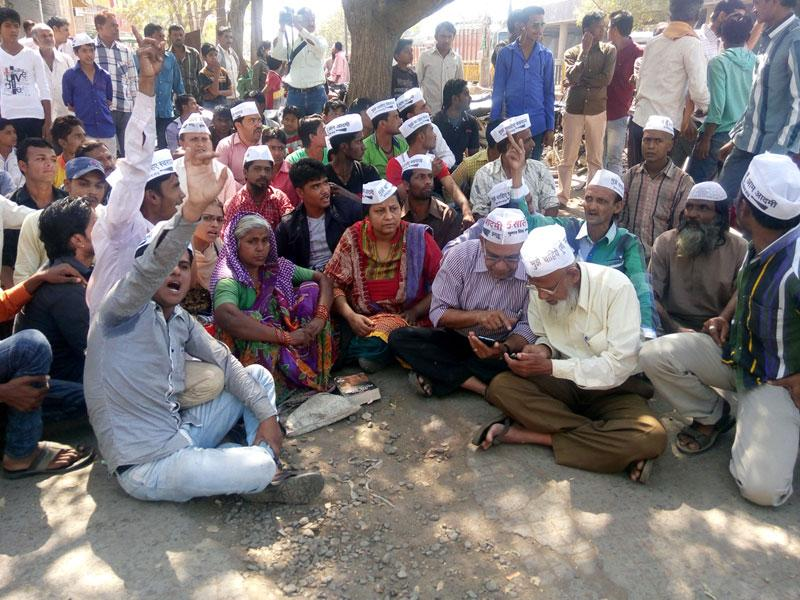 AAP workers sit on a dharna outside Moghat police station in Khandwa to demand action against a cop for alleged sexual assault. (HT photo)