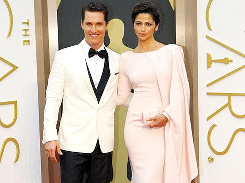 Matthew McConaughey and Camila Alves posed together at the red carpet of The Oscars in 2013
