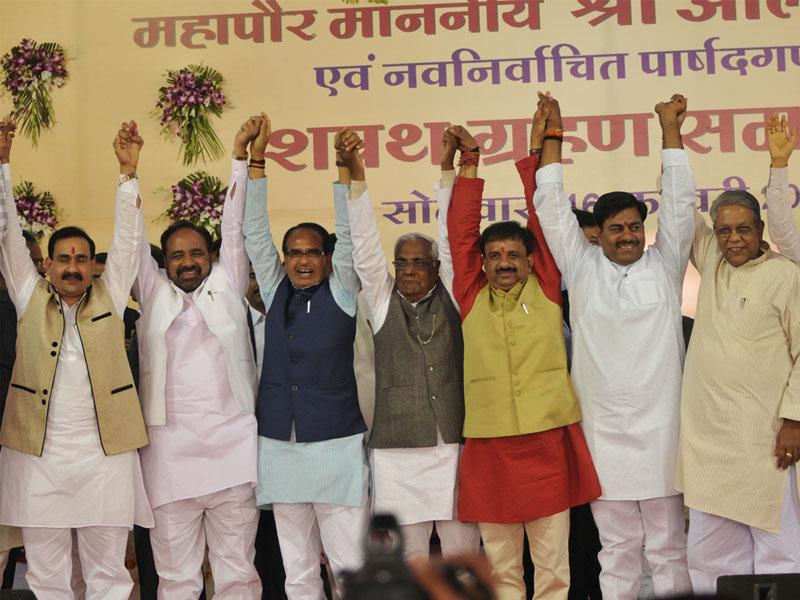 Bhopal mayor Alok Sharma (in red kurta) poses with CM Shivraj Singh Chouhan and senior BJP leaders after taking oath in Bhopal on Monday. (Praveen Bajpai/HT photo)