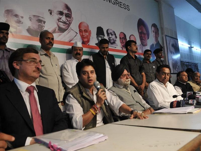 Senior Congress leaders Jyotiraditya Scindia, Satyadev Katare and Kamal Nath address a press conference in Bhopal on Monday. (Praveen Bajpai/HT photo)