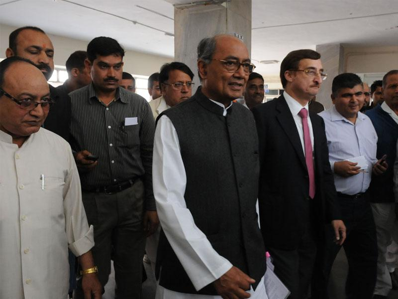 AICC general secretary Digvijaya Singh arrives at the office of Special Investigation Team in connection with PEB scam, in Bhopal on Monday. (Mujeeb Faruqui/HT photo)