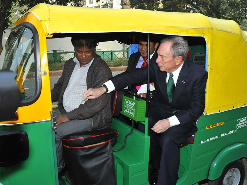 Michael Bloomberg, former mayor of New York and United Nations special envoy for cities and climate change, take an auto-rickshaw in Delhi. (HT Photo)