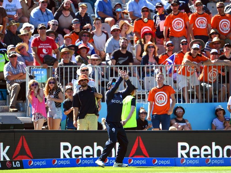 Scotland's Hamish Gardiner prepares to take a catch to dismiss New Zealand batsman Luke Ronchi. (AFP Photo)
