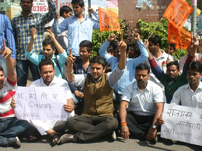 ABVP members stage a protest against MP governor after his son's name surfaced in the PEB scam, in Bhopal on Tuesday. (Bidesh Manna/HT photo)