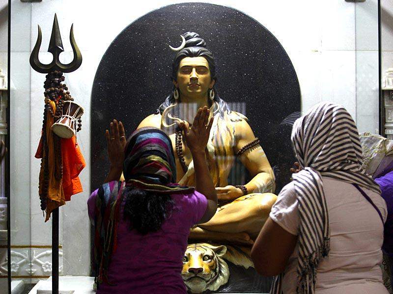 Devotees offer prayers to Lord Shiva at Khada Hanuman Seva Mandal on the occasion Mahashivaratri at Worli, Mumbai. (Anshuman Poyrekar/HT photo)