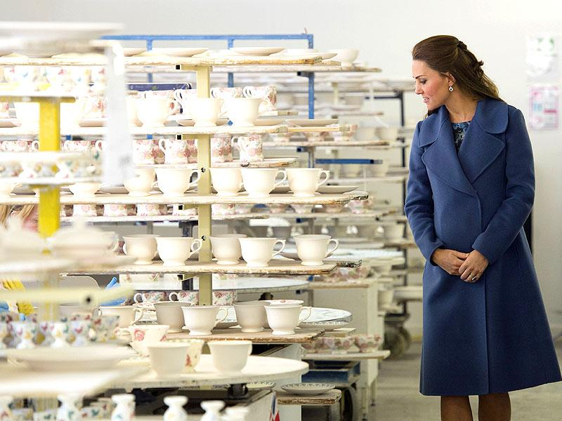 Kate Middleton stunned yet again while out and about with her adorable baby bump at a pottery factory in England. (AFP)