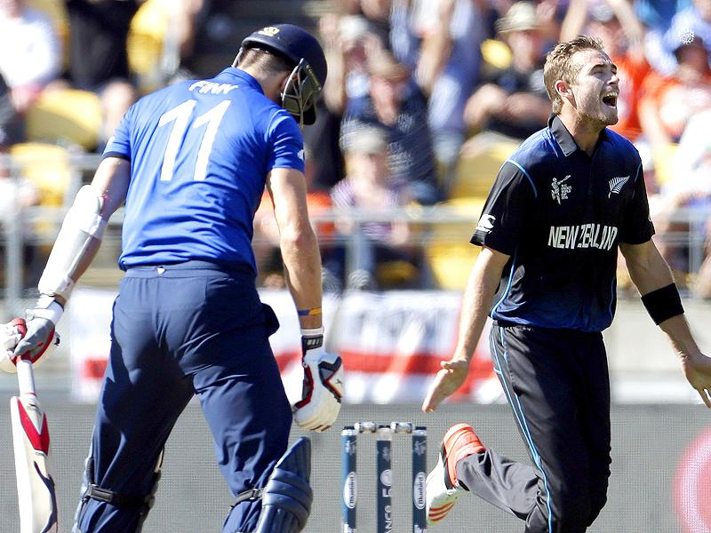 New Zealand's Tim Southee (R) celebrates dismissing England's Steven Finn (L) during their 2015 World Cup match in Wellington. (AFP Photo)