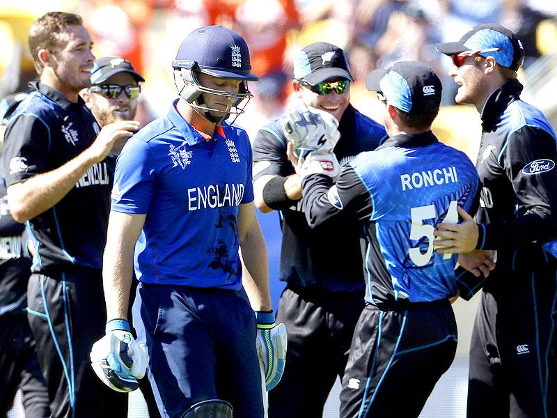 New Zealand's Tim Southee (L) celebrates with teammates after dismissing England's Jos Buttler in their 2015 World Cup match in Wellington. (AFP Photo)