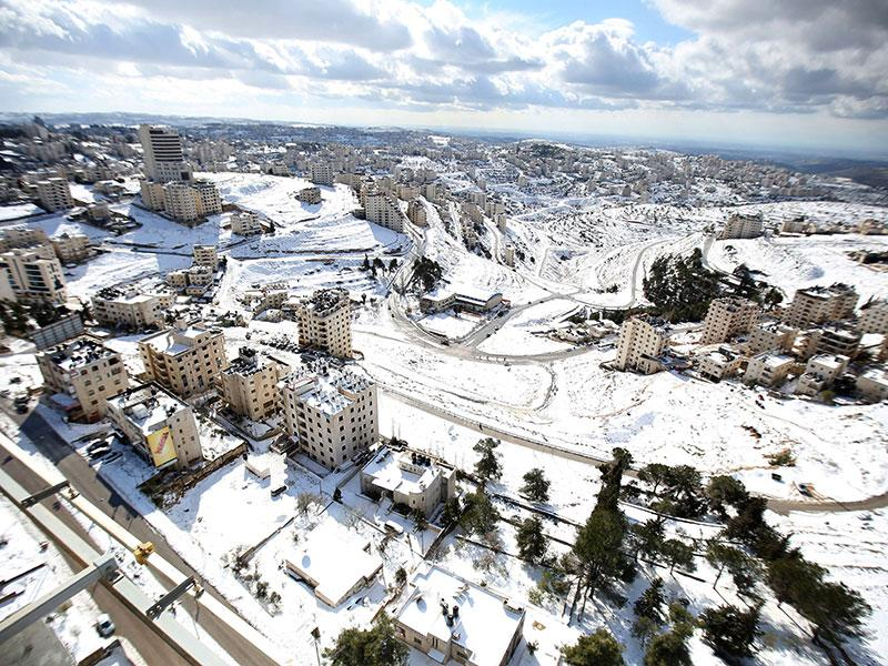 A general view shows the snow-covered West Bank city of Ramallah. Snow blanketed much of Israel, Jordan and Lebanon early Friday, with many residents urged to stay in their homes because of blocked or icy roads. (AFP photo)