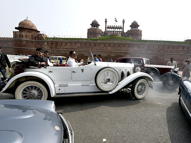 A vintage car makes its way to the 5th 21 Gunsalute International Vintage Car Rally in New Delhi. (HT Photo/Subrata Biswas)
